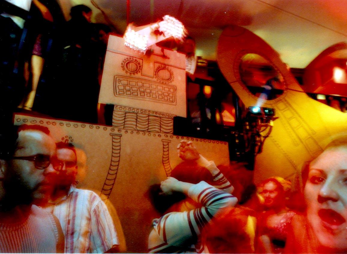 """Impreza """"Atak Robotów"""" w klubie Orgazna 2002."""